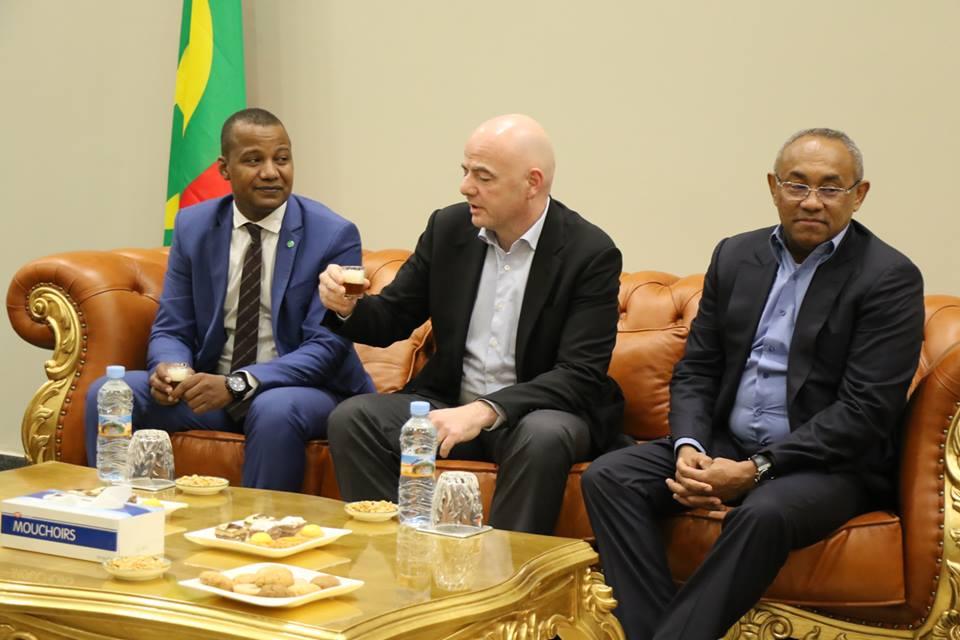 رئيس الفيفا  جياني إينفاتنينو في استقباله وزير الرياضة الموريتاني و رئيس الاتحاد الافريقي ورئيس الاتحاد الموريتاني