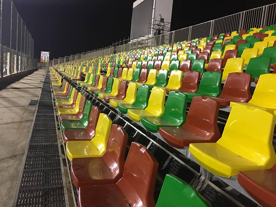 تظهر المقاعد و شاشة العرض العملاقة في الملعب