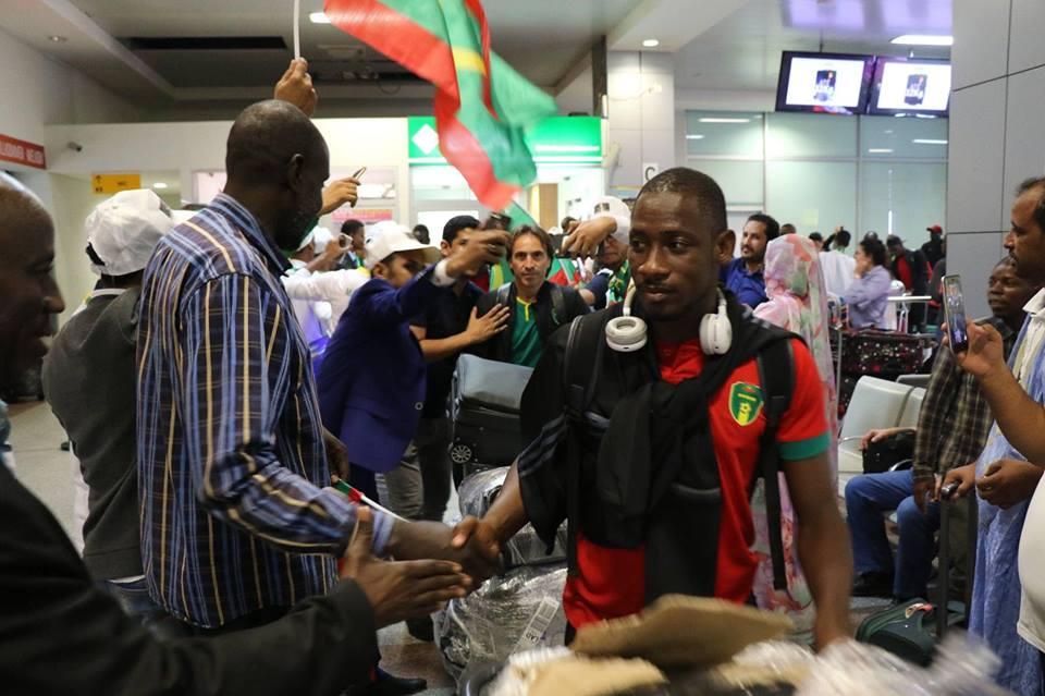 الجالية الموريتانية تستقبل المنتخب الوطني في المطار